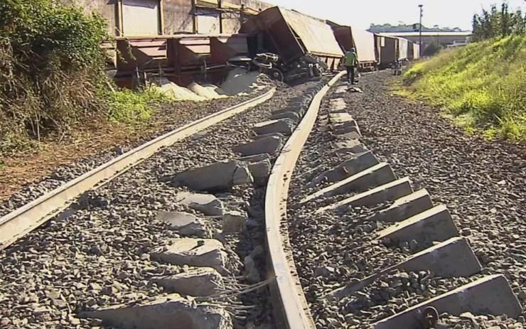 Dormentes de concreto foram danificados (Foto: Reprodução/TV TEM)