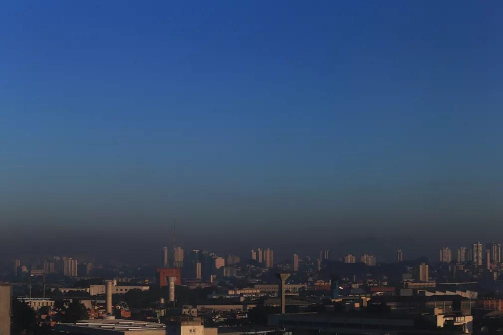 12 de julho - Camada de poluição é vista no céu na Zona Oeste de São paulo. A qualidade do ar piorou por causa da prolongada falta de chuva e também da atuação de um sistema de alta pressão atmosférica (Foto: Hélvio Romero/Estadão Conteúdo)