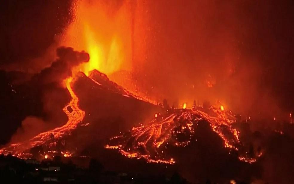 Lava é expelida de vulcão no parque nacional Cumbre Vieja em El Paso, na ilha de La Palma, no domingo (19) — Foto: FORTA/Handout via Reuters