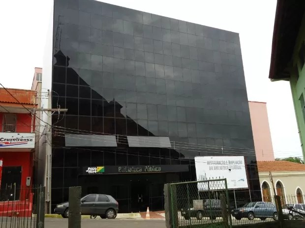 Biblioteca de Cruzeiro do Sul (Foto: Genival Moura/G1)