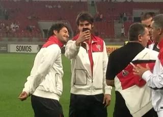 """Pato e Kaká fazem """"selfie"""" antes de jogo no Beira-Rio (Foto: Diego Guichard)"""