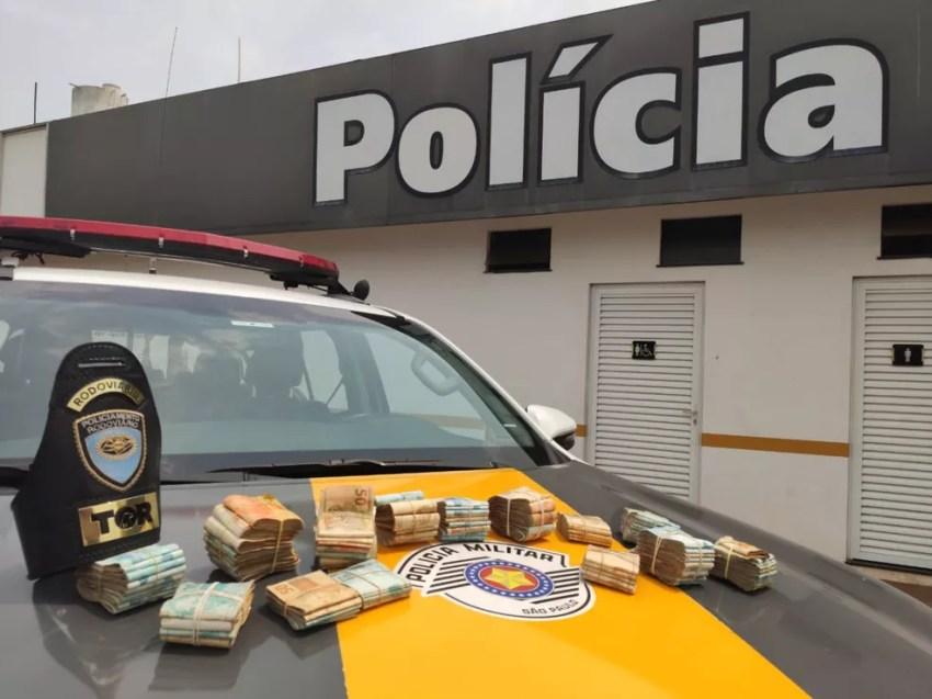 Apreensão dos pacotes de cédulas escondidos no painel do carro somou mais de R$ 100 mil — Foto: Polícia Rodoviária/Divulgação