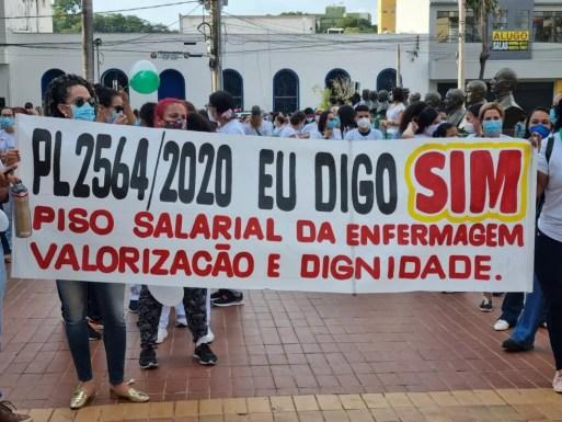 Profissionais da enfermagem fazem manifestação em Cuiabá a favor de PL que institui piso salarial e jornada de 30h semanais | Mato Grosso | G1