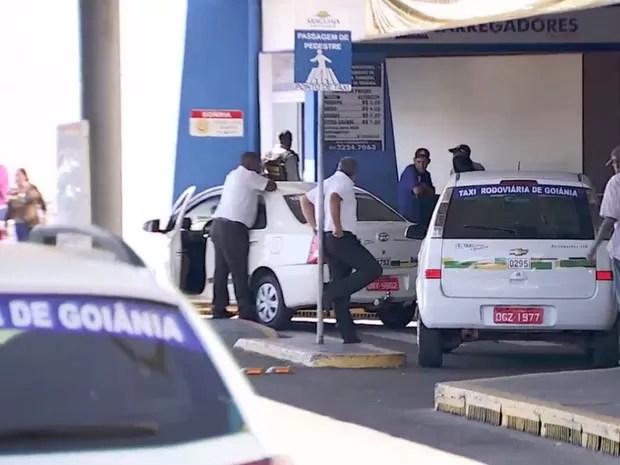 Taxistas ameaçam motoristas do Uber em Goiânia, Goiás (Foto: Reprodução/TV Anhanguera)