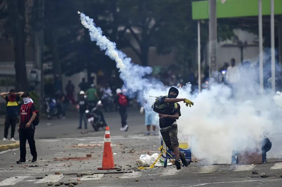 Manifestação em Cali contra a reforma tributária do governo da Colômbia — Foto: Luis ROBAYO / AFP