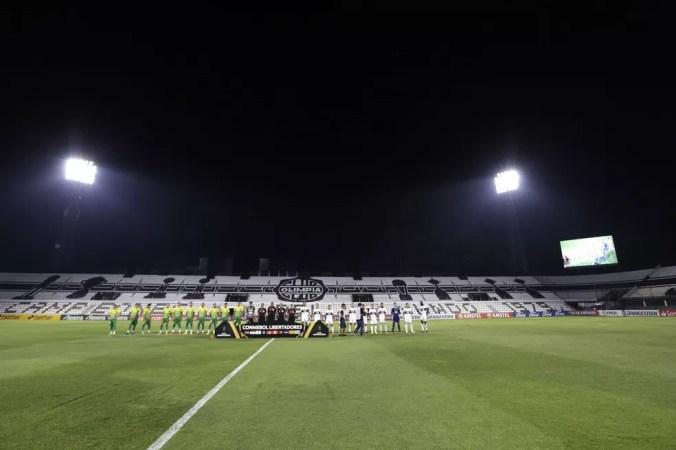 Olimpia recebeu o Defensa y Justicia sem torcida no estádio Manuel Ferreira  — Foto: Luis Vera/Getty Images