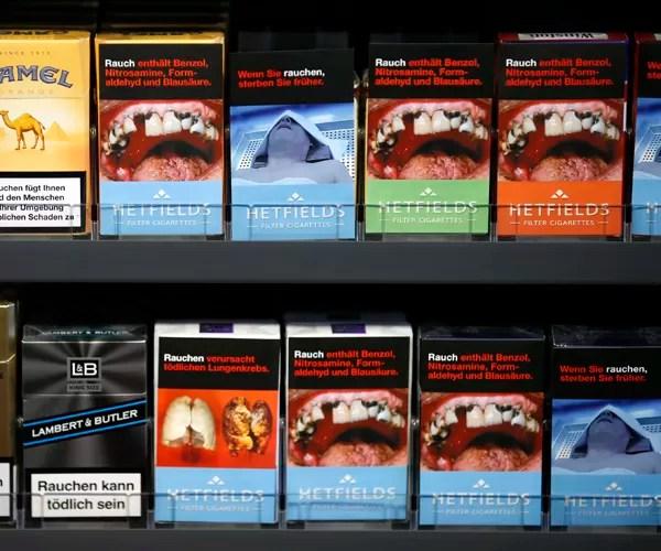 Maços de cigarro com capas contendo ilustrações que simulam bocas e dentes danificados pelo uso de cigarro. A União Europeia está discutindo novas regras para venda de derivados de tabaco. A previsão é que, até 2015, todos os maços tenham 75% do seu espaço em ambos os lados com imagens de alerta para os riscos do fumo (Foto: Fabrizio Bensch/Reuters)