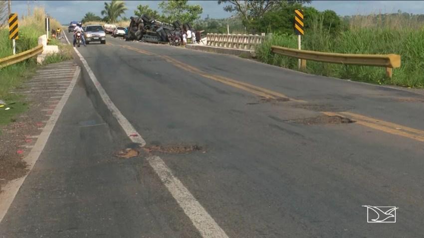 Motorista informou que perdeu o controle da carreta ao passar por buraco na rodovia (Foto: Reprodução/TV Mirante)