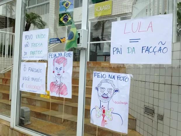 Manifestantes colam cartazes em prédio investigado na Operação Lava Jato (Foto: Mariane Rossi / G1)