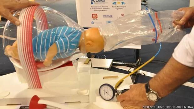 Embalagem de nylon auxilia partos complexos  (Foto: Science Ministry of Argentina/BBC)