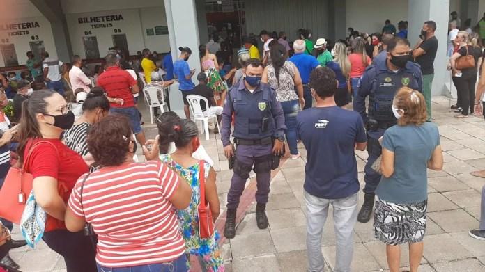 Várzea Grande (MT) tem longas filas e aglomeração para vacinar idosos contra Covid-19 — Foto: Flávia Borges/G1