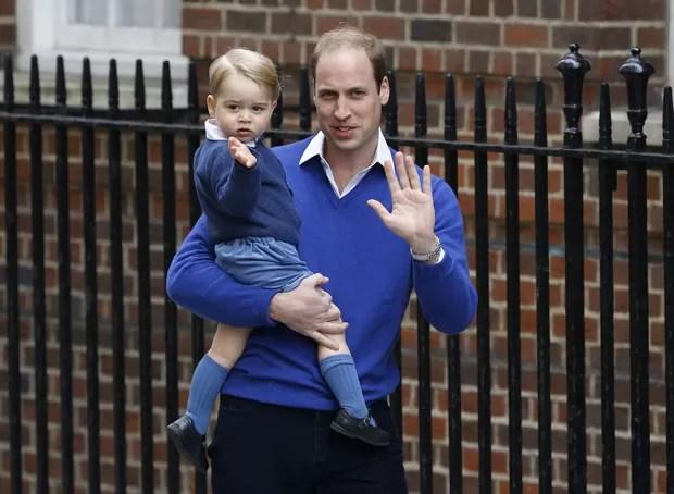 O príncipe William chega ao hospital St Mary's, onde sua segunda filha nasceu neste sábado, com seu primogênito, o príncipe George (Foto: Kirsty Wigglesworth/AP)