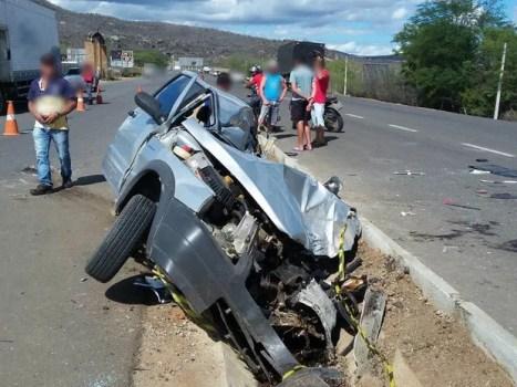 Carro ficou destruído em acidente no Agreste de PE nesta terça (6) (Foto: Divulgação/Corpo de Bombeiros)