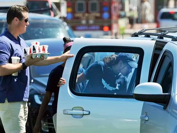 Sasha Obama é vista deixando o restaurante Nancy's em Martha's Vineyard na manhã de quarta (3), após o final de seu turno de trabalho (Foto: Boston Herald, Christopher Evans via AP)