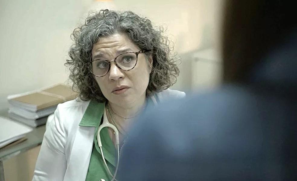 Jane (Isabel Teixeira) fica confusa com a afirmação da amiga, já que Danilo é adotado — Foto: Globo