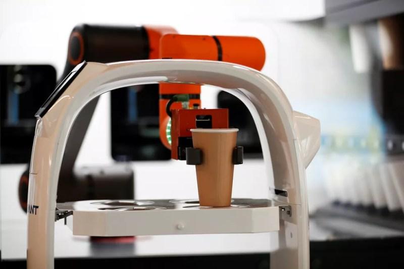 Robô conta com um braço biônico que ajuda no preparo das bebidas. — Foto: REUTERS/Kim Hong-Ji