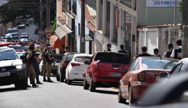 Polícia negocia rendição de assaltante em Elói Mendes — Foto: Régis Melo