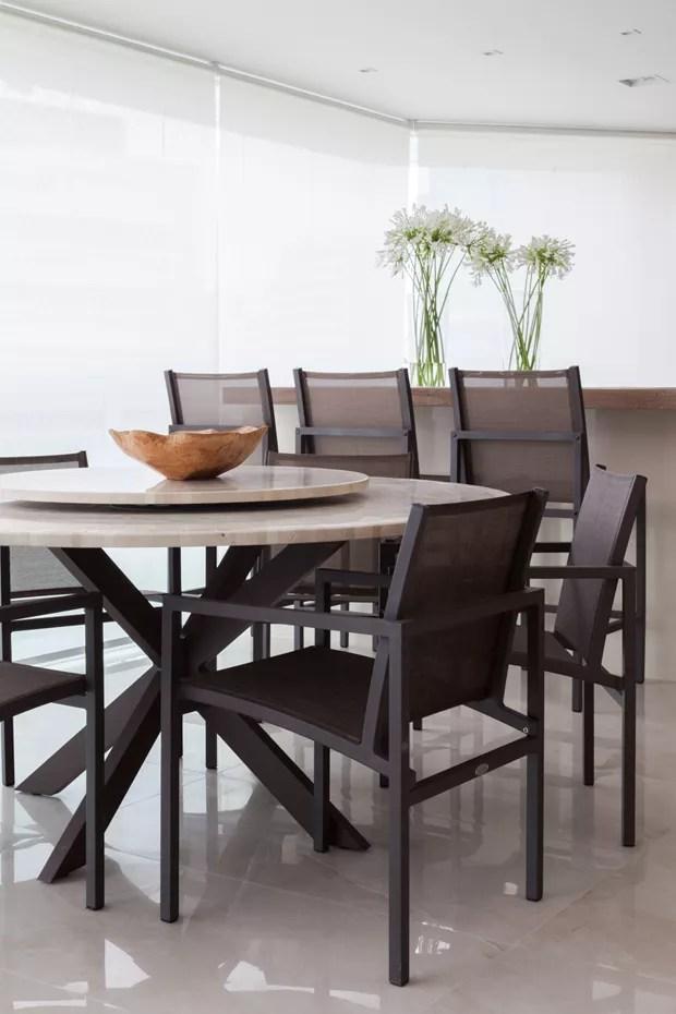 ESPAÇO DE REFEIÇÕES   A varanda também ganhou espaço para refeições. Mesa com tampo de mármore da Breton. Cadeiras da Franccino Giardini (Foto: Lufe Gomes/Divulgação)