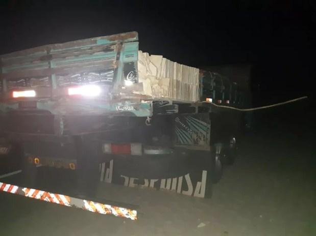 Motorista do caminhão fez teste do bafômetro, que deu negativo, e foi liberado — Foto: Polícia Rodoviária Federal/Divulgação