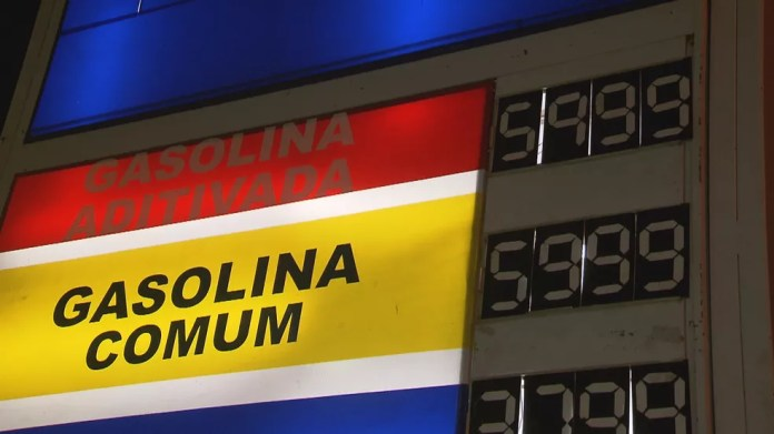 Preço da gasolina a R$ 5,99 em posto que alcançou preço de R$ 10 (Foto: Reprodução/TV Globo)