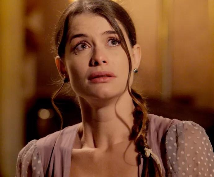 Lívia chora ao ouvir duras palavras sobre sua mãe (Foto: TV Globo)