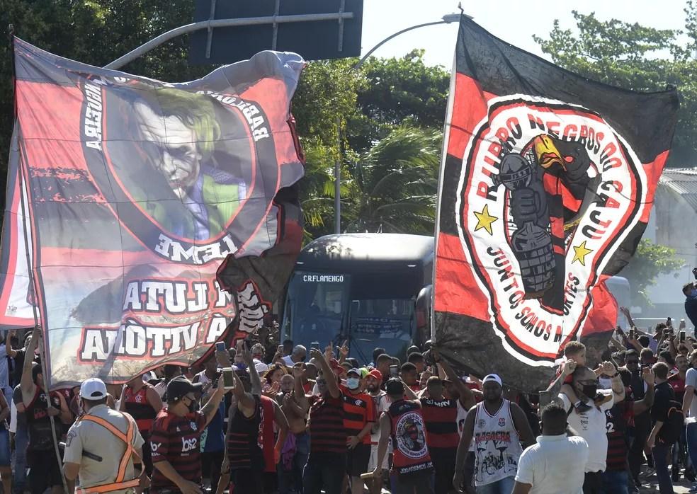 Torcida do Flamengo faz festa no embarque do time para São Paulo — Foto: André Durão