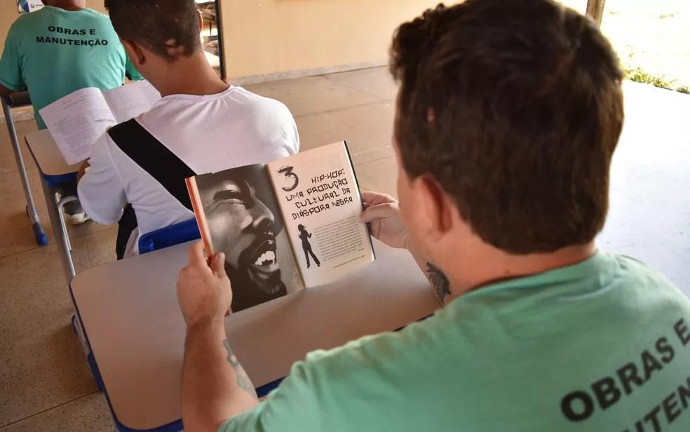 Leitura é forma de, além de remição, mudar mentalidade de presos dentro de cadeia (Foto: Sílvio Túlio/G1)