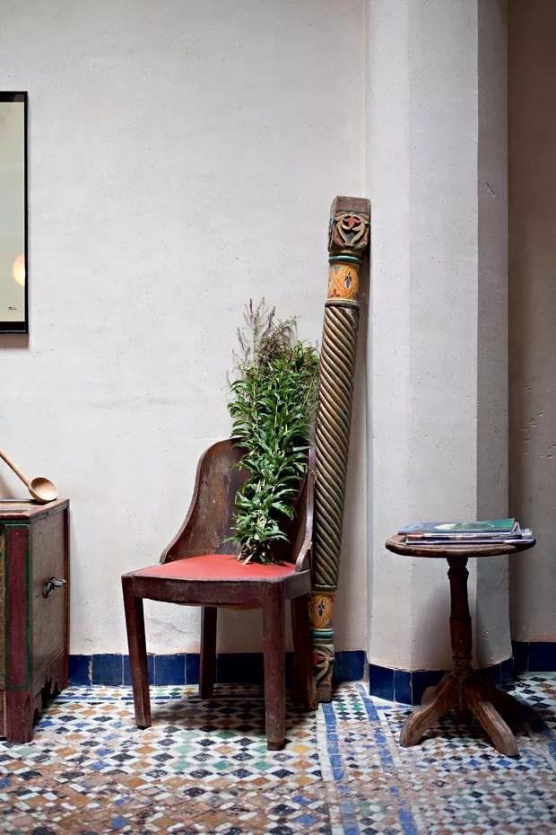 Detalhes da cadeira e do ramo de verbena que Vincent adquiriu na feira, no meio da medina, quando nos convidou para acompanhá-lo às compras para o jantar. A verbena é usada no tradicional chá marroquino. Quem me acompanhou nessa visita e me apresentou ao casal foi o fotógrafo Alexandre Disaro, do @viveraviagem (Foto: Lufe Gomes/Life by Lufe)
