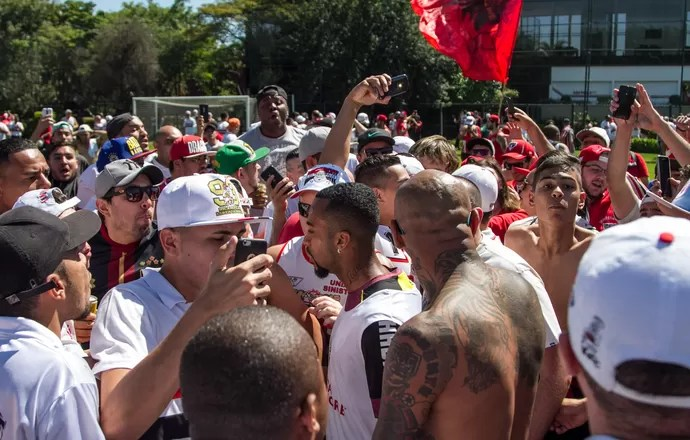 wesley são paulo protesto ct torcida (Foto: MARIVALDO OLIVEIRA / Agência Estado)