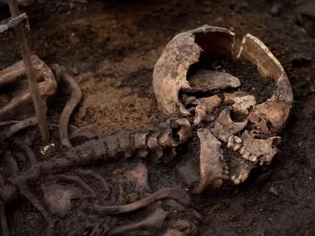 Um esqueleto é visto durante uma escavação arqueológica em Londres, na Inglaterra. A equipe estima ter cerca de 3 mil esqueletos humanos no local, que era utilizado para enterrar pacientes do hospital Bedlam, o primeiro hospital psiquiátrico do mundo (Foto: Matt Dunham/AP)