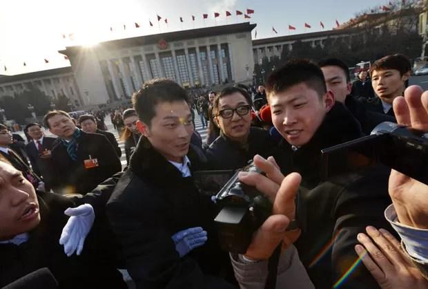 Seguranças chinenes cercam o ator (Foto: Mark Ralston/AFP)