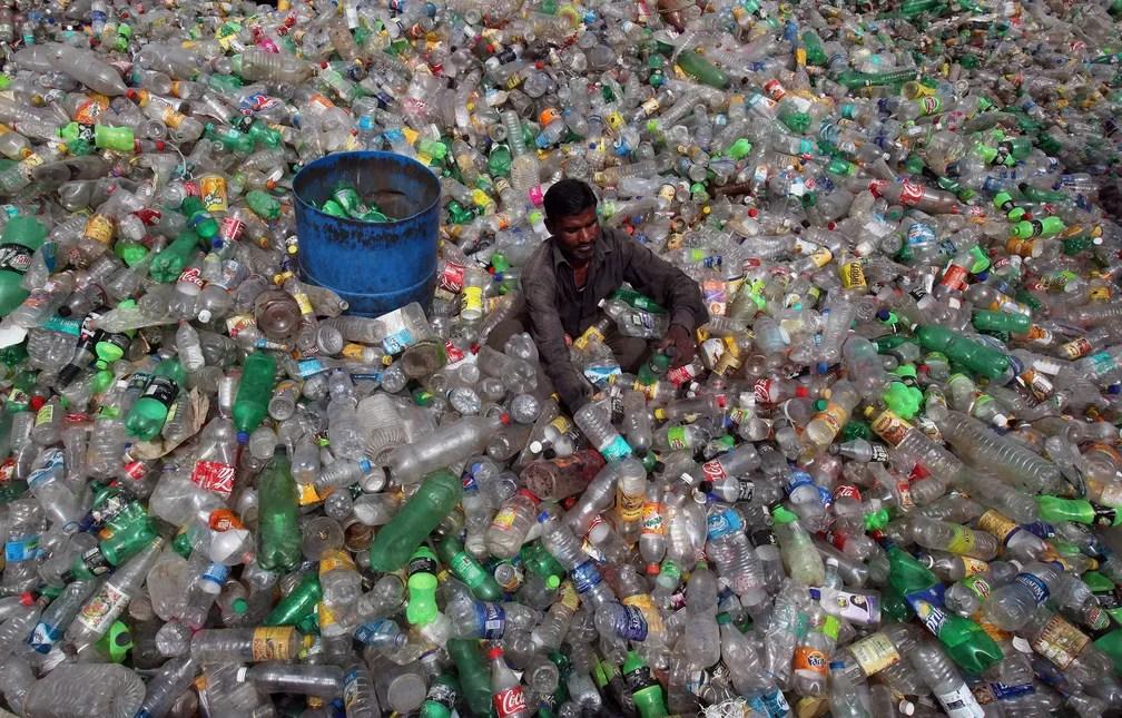 5 de junho - Um homem separa garrafas em um aterro de itens de plástico durante o Dia Mundial do Meio Ambiente em Chandigarh, na Índia (Foto: Ajay Verma/Reuters)