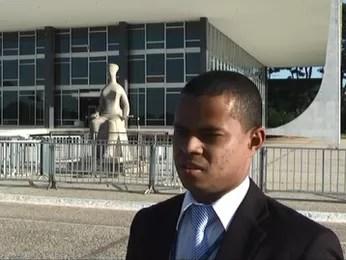 Ismael Batista em frente ao STF (Foto: A Raça de Ismael/Reprodução)