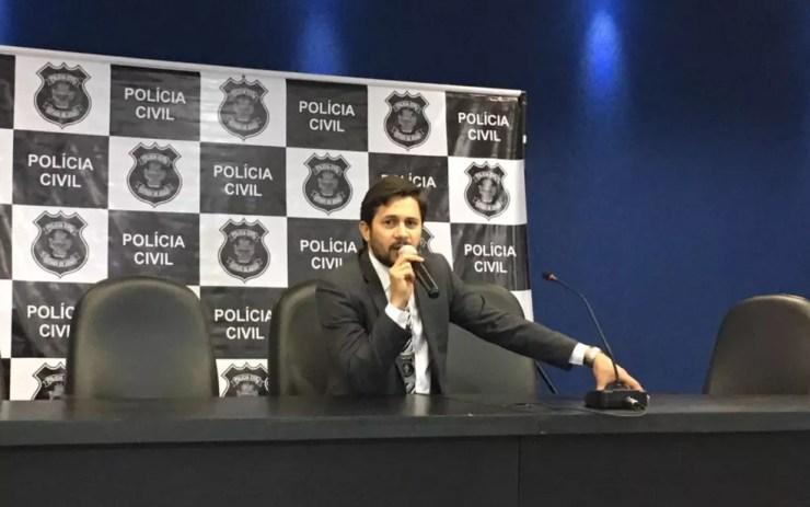 Delegado Cleyton Januário Ferreira explica como o grupo fraudava vestibulares de medicina, em Goiânia, Goiás (Foto: Vitor Santana/ G1)