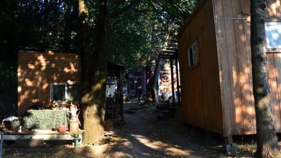Hazelnut Grove, um acampamento para pessoas sem teto nos EUA oferece abrigo em pequenas estruturas de madeira — Foto: BBC