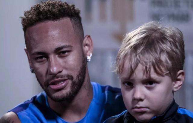 Neymar com o filho Davi Lucca durante suas férias (Foto: Miguel Schincariol/AFP)
