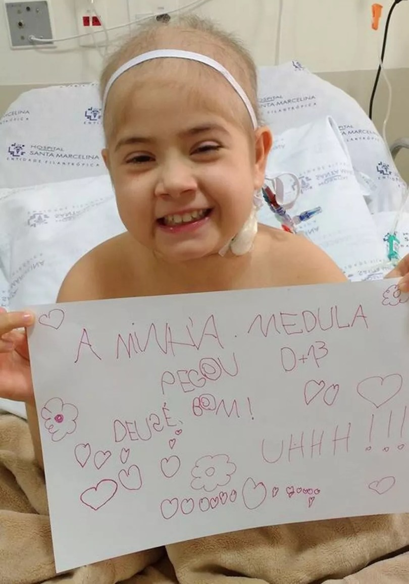 Júlia Abrame comemora sucesso de transplante de medula óssea (Foto: Arquivo Pessoal/Adriana Abrame)