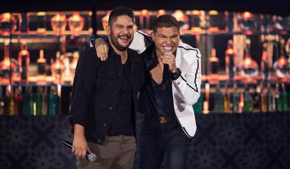 Tierry (à direita) faz dueto com Jorge na gravação ao vivo do álbum 'O pai das crianças' — Foto: Divulgação