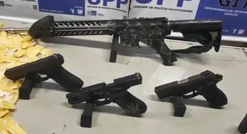 Um fuzil e três pistolas foram apreendidas na ação no Borel — Foto: Divulgação/Polícia Militar