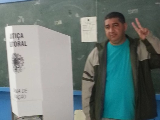 Pedrinho (PV) é o segundo candidato a votar em Cananéia, SP (Foto: Anna Gabriela Ribeiro/G1)