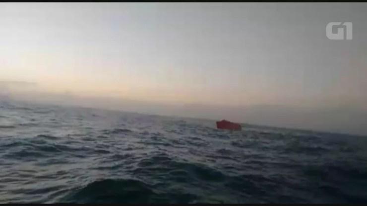 Contêiner caiu de um navio no Porto de Santos (Foto: Walmir Oliveira)