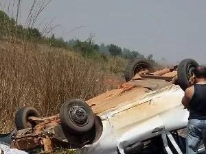 Motorista tentou desviar de outro veículo e capotou. (Foto: Só Notícias)
