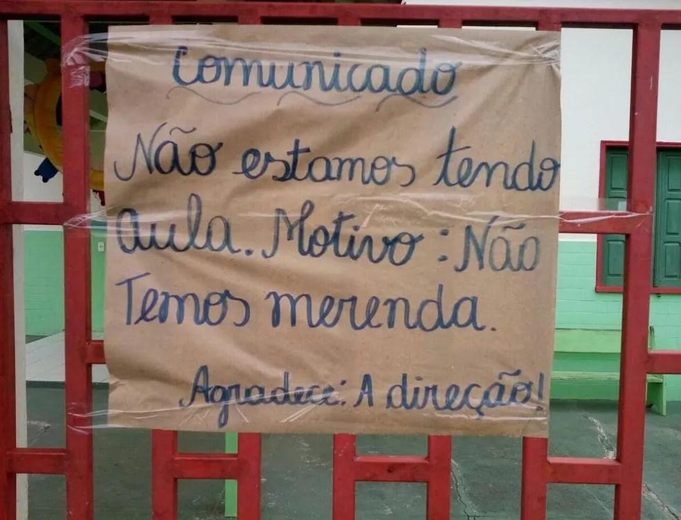 Cartaz foi deixado pela direção no portão da creche no interior do Acre  (Foto: Arquivo pessoal )
