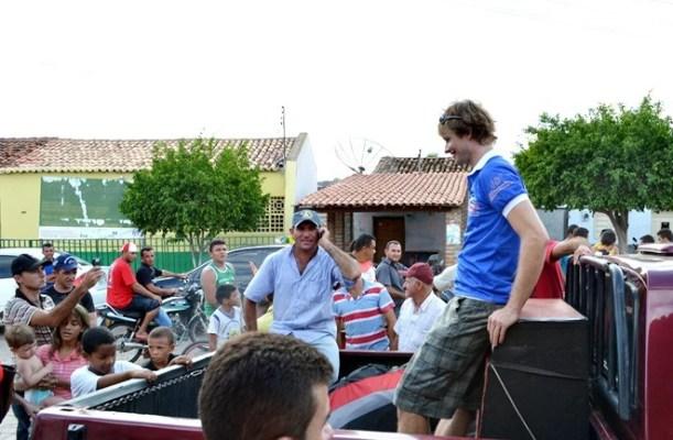 Mais de 100 pessoas receberam o alemão no Centro da cidade de Massapê (Foto: Danilo Bezerra)
