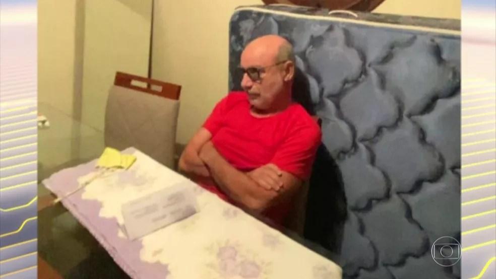 Queiroz no momento da prisão, em Atibaia (SP) — Foto: Bom Dia Brasil