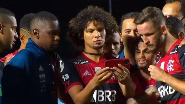 Arão, Leo Pereira e jogadores do Flamengo assistam ao fim do jogo do Internacional
