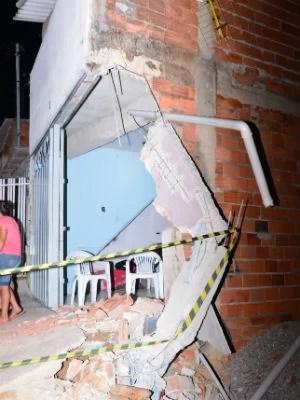 Com carreta roubada, homem mata um e acerta casas em Sorocaba (Foto: Júlio Leite)