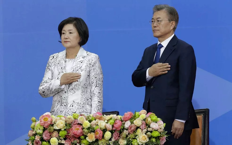 Moon Jae-in e sua mulher Kim Jung-suk, durante a cerimônia de posse na Assembleia Nacional, em Seul (Foto: Ahn Young-joon / Pool / AFP Photo)