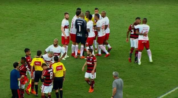 Confusão começou após expulsão de Pottker no Maracanã (Foto: Reprodução / Premiere)