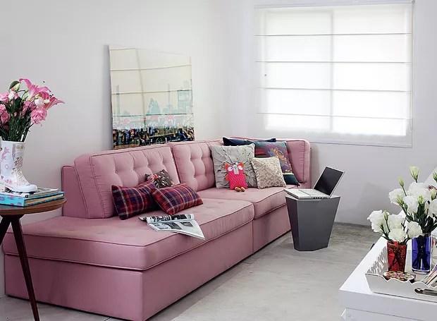 Primeiro apartamento é uma conquista para mostrar para todos os amigos. Por isso, aposte em um sofá sem braço, que tem mais espaço para acomodar as visitas. O modelo projetado pelo escritório Arquitetura Paralela ainda vira cama para hóspedes (Foto: Evelyn Müller / Casa e Jardim)